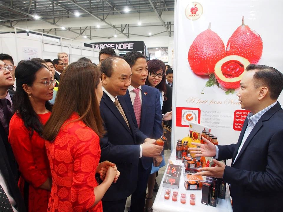 Prime minister of Vietnam learning about Gac Gavi products